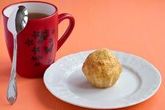 De muffin van de kaas en een kop thee Royalty-vrije Stock Afbeeldingen