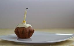De muffin van de verjaardag met geblazen uit kaars na partij Stock Foto
