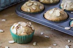 De muffin van het amandelpapaverzaad in het blauwe verpakken met muffintin Stock Foto's