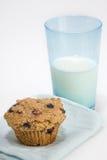 De muffin van zemelen met glas melk Stock Foto
