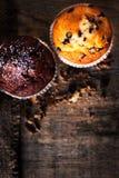 De muffins op donkere achtergrond sluiten omhoog beeld, selectieve nadruk, macr Stock Afbeeldingen
