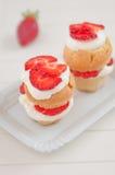 De Muffins van aardbeishortcake Stock Foto