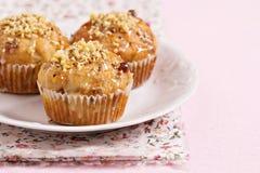 De muffins van de banaan met okkernoten en witte chocolade Stock Fotografie