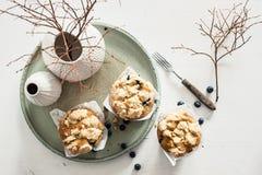 De Muffins van de bosbessenkruimel met verse Bosbessen Stock Fotografie