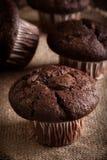 De muffins van de chocoladecake op een lijst Royalty-vrije Stock Foto's