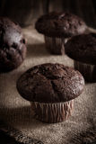 De muffins van de chocoladecake op een lijst Royalty-vrije Stock Afbeeldingen