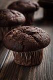 De muffins van de chocoladecake op een lijst Stock Foto