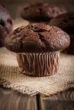 De muffins van de chocoladecake op een lijst Royalty-vrije Stock Foto