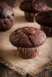 De muffins van de chocoladecake op een lijst Stock Fotografie