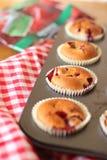 De muffins van de kers in de teflonvorm Stock Foto's