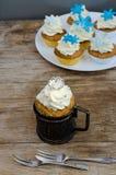 De Muffins van de kroon en van Sneeuwvlokken Stock Foto