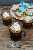 De Muffins van de kroon en van Sneeuwvlokken Royalty-vrije Stock Foto's