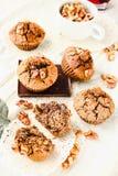 De muffins van de onderbrekingschocolade met okkernoten, veganist, heldere achtergrond, Stock Foto's