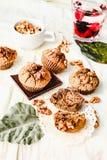 De muffins van de onderbrekingschocolade met okkernoten, veganist, heldere achtergrond, Stock Afbeeldingen