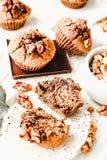 De muffins van de onderbrekingschocolade met okkernoten, veganistbaksel, close-up Stock Afbeeldingen