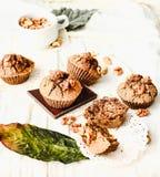 De muffins van de onderbrekingschocolade met okkernoten, veganistbaksel, heldere autum Stock Foto's