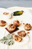 De muffins van de onderbrekingschocolade met okkernoten, veganistbaksel, heldere autum Stock Foto