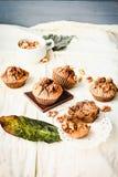 De muffins van de onderbrekingschocolade met okkernoten, veganistbaksel, heldere autum Stock Afbeelding