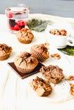 De muffins van de onderbrekingschocolade met okkernoten, veganistbaksel, heldere comfortabel Royalty-vrije Stock Foto