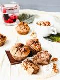De muffins van de onderbrekingschocolade met okkernoten, veganistbaksel, heldere comfortabel Stock Afbeelding