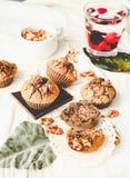 De muffins van de onderbrekingschocolade met okkernoten, veganistbaksel, het kleuren Stock Foto's