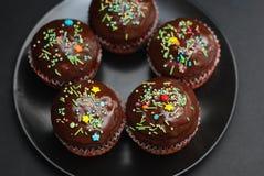 De Muffins van de Homebakedchocolade voor Pasen met gekleurde Conffeti Donkere achtergrond Zoet dessert voor ontbijt Royalty-vrije Stock Afbeelding
