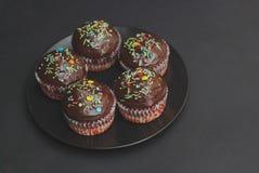 De Muffins van de Homebakedchocolade voor Pasen met gekleurde Conffeti Donkere achtergrond Zoet dessert voor ontbijt Royalty-vrije Stock Fotografie
