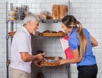 De Muffins van vaderand daughter buying stock afbeelding