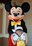 De muis en de jongen van Mickey in disneyland Stock Afbeelding