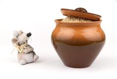 De muis en de pot van de klei met rijst Stock Foto's