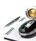 De muis en het notitieboekje van de computer op wit Stock Afbeelding
