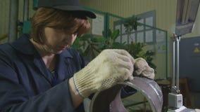 De mulher do empregado das verificações peça da tubulação do metal atentamente filme