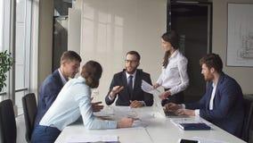 De multi-etnische van de commerciële brainstorming die teamvergadering nieuwe ideeën delen stock afbeeldingen