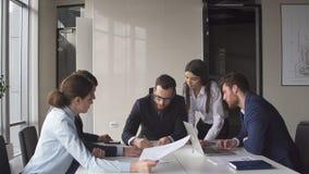 De multi-etnische van de commerciële brainstorming die teamvergadering nieuwe ideeën delen stock afbeelding