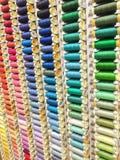 De multi gekleurde achtergrond van naaiende dradenspoelen Stock Foto