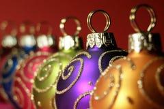 De multi gekleurde snuisterijen van Kerstmis stock afbeelding