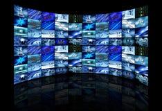De multi schermen die bedrijfsbeelden tonen Stock Fotografie