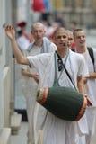 De Multiculturele Stad van Zagreb/Hazen Krishna Follower Singing Stock Foto