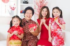 De multigeneraties Aziatische familie viert Chinees nieuw jaar Stock Afbeeldingen