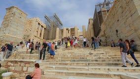 De multinationale menigte van toeristen het bekijken blijft van oude Parthenon in Griekenland stock videobeelden