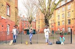 De multiraciale mensen groeperen zich en stedelijke vrienden gebruikend mobiele telefoon Royalty-vrije Stock Foto