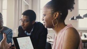 De multiraciale vergadering van de handelsmaatschappijraad Jonge gelukkige creatieve werknemersbrainstorming in modern licht bure stock footage