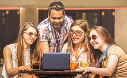 De multiraciale vrienden bij cocktail versperren het hebben van pret met laptop - Verbonden gemeenschap van jonge studentenmensen royalty-vrije stock fotografie