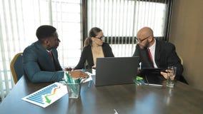 De multiraciale zakenlieden bespreken een grote overeenkomst voor het bedrijf in langzame motie stock footage