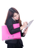 De multitaak van het bedrijfsvrouwenconcept met telefoon, document en computertablet Royalty-vrije Stock Afbeelding
