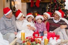 De multizitting van de generatiefamilie op een laag tijdens Kerstmis Royalty-vrije Stock Afbeelding