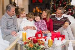 De multizitting van de generatiefamilie op een laag tijdens Kerstmis Royalty-vrije Stock Foto's