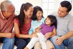 De multizitting van de Generatiefamilie op Sofa At Home Together Stock Afbeelding
