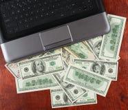 De munt van de gelddollar en notitieboekjecomputer op houten achtergrond, bedrijfsconcept, lege ruimte, spot omhoog Stock Afbeelding