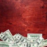De munt van de gelddollar op houten donkerrode achtergrond, bedrijfsconcept, lege ruimte, spot omhoog Royalty-vrije Stock Afbeeldingen